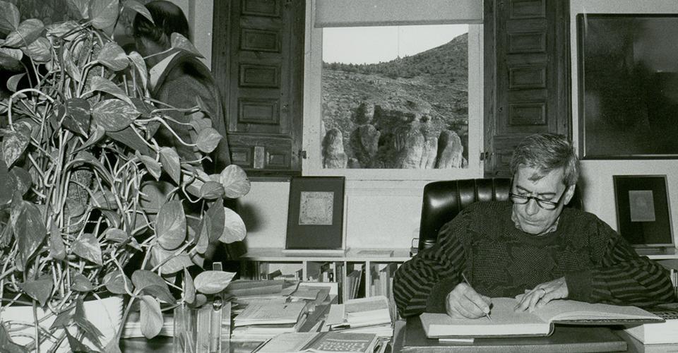 Mario Vargas Llosa in his visit to the Museo de Arte Abstracto Español