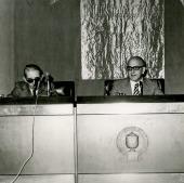 Gonzalo Torrente Ballester y José María Martínez Cachero en el ciclo Novela Española Contemporánea, 1975