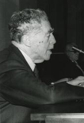 Juan Contreras y López de Ayala (Marqués de Lozoya). Conferencia sobre La evolución química y el origen de la vida en la Tierra dentro del ciclo El origen de la vida y la exploración del planeta Marte , 1975