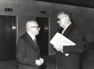 Dámaso Alonso y Pedro Grases. Conferencia sobre Bello y su tiempo dentro del ciclo Andrés Bello en su II centenario