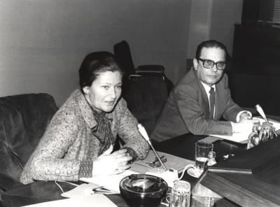 Simone Veil y Manuel Díez de Velasco. Conferencia sobre Le parlement européen dentro del ciclo Europa, hoy