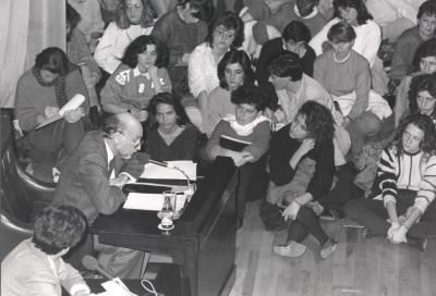 Adolfo Marsillach. Conferencia sobre Mi tiempo teatral dentro del ciclo Teatro Español del siglo XX, rodeado de público