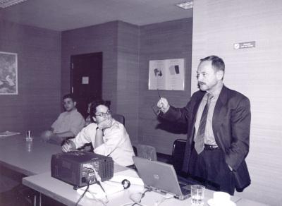 Adam Przeworski. Profesor de seminario. A su izquierda José Ignacio Torreblanca e Ignacio Lago. Curso 2001-02