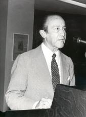 Carlos Manuel Fernández-Shaw en el acto homenaje a los donantes de la Biblioteca de Teatro, 1981