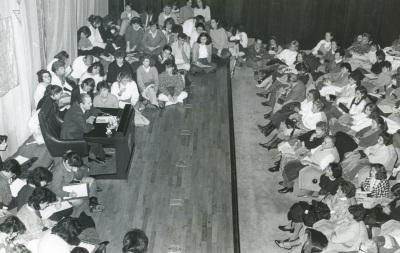 Antonio Buero Vallejo. Ciclo de Conferencias Teatro Español del Siglo XX, rodeado de público