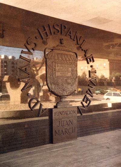 Emblema de la Fundación Juan March en la fachada del edificio en 1975