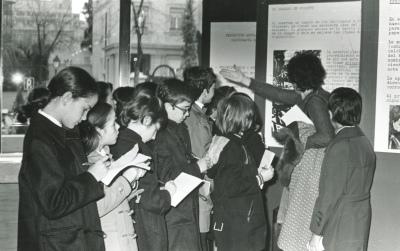 Vista parcial con niños. Exposición antológica de la calcografía nacional