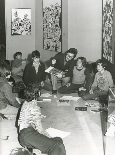 Vista parcial con niños. Exposición Jean Dubuffet