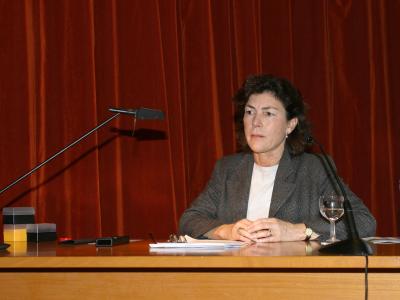 María Antonia Casanova en el curso sobre Cerámica.Pintores y escultores hacen cerámica