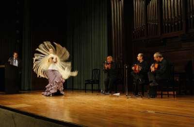 José Luis Navarro, Ana Moya, Jesús Chozas, Ángel Burgos y José María Molero. Conferencia sobre Un recorrido or el flamenco. El baile flamenco, de la fiesta jubilosa al grito trágico