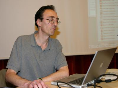 Francisco Javier San Martín en el curso sobre Collage