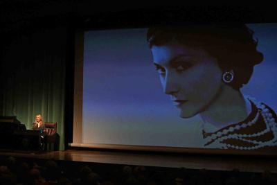 Joana Bonet. En conferencia sobre Coco Chanel. La escalera de caracol - Coco Chanel. La escalera de caracol