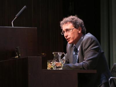 Adolfo Roitman. En conferencia sobre Los esenios, la comunidad de Qumrán y las sectas en el judaísmo postbíblico - Manuscritos del Mar Muerto