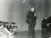 Federico Sopeña en la presentación de los Conciertos para jóvenes , 1975