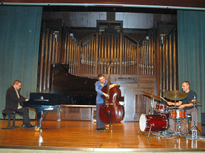 Abe Rábade Trío, Tom Warburton, Abe Rábade y Bruno Pedroso. Concierto Conciertos de jazz: el piano. En recuerdo de Tete Montoliú