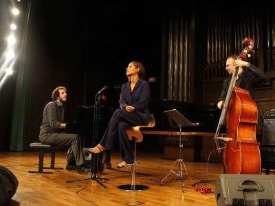 Pablo Gutiérrez, Laïka Fatien y Antonio Miguel. Concierto Voces clásicas del jazz: Fitzgerald y Holiday