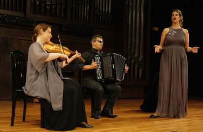 Lloica Czackis, Marcel Leoffler y Estelle Koluda. Concierto Tango idish errante - Itinerarios del tango