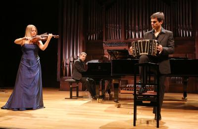 Suvi Myöhänen, Carles Marín y Claudio Constantini. Concierto Tango popular - tango erudito - Popular y culta: la huella del folclore
