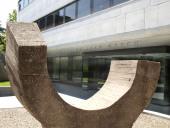 Exterior del edificio sede. Escultura de Eduardo Chillida (1974)