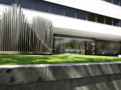 Vista parcial de la fachada del edificio sede