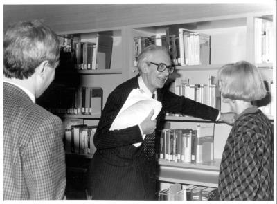 José María Maravall, Raymond Carr y Martha Peach en la Biblioteca de CEACS.