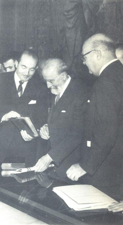 Jesús Rubio, Ramón Menéndez Pidal y Juan March Servera en el acto de donación del manuscrito del Cantar de Mío Cid al Estado español