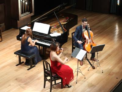 Gigi Ip, Zheng Liu y Antonio Roig Tarros. Domingos y mediodías