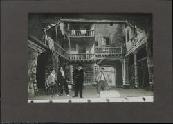 """Fotografía del acto primero de """"La sombra del Pilar"""" de Federico Romero y Guillermo Fernández-Shaw, música de Jacinto Guerrero : Teatro Nuevo (Barcelona)."""