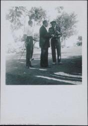 """Fotografía de los ensayos de """"La empresa de Clavileño"""" de Guillermo y Rafael Fernández-Shaw, música de Francisco Alonso : Teatro de la Naturaleza (El Escorial)."""