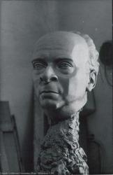 Fotografía del busto de Rafael Millán.