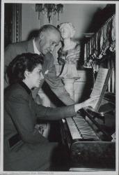 Fotografía de Guillermo Fernández-Shaw con Maruja Pacheco.