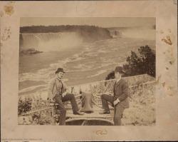 Fotografía de Carlos Fernández Shaw con Mr. Page, periodista norteamericano, en las cataratas del Niágara. (Estados Unidos).